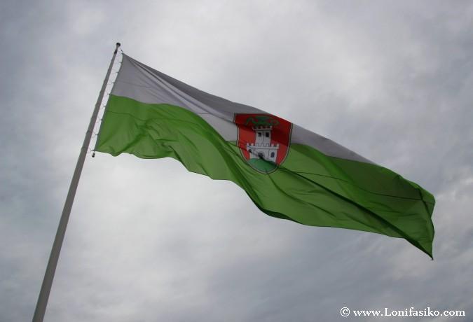 Bandera y escudo de la ciudad de Liubliana