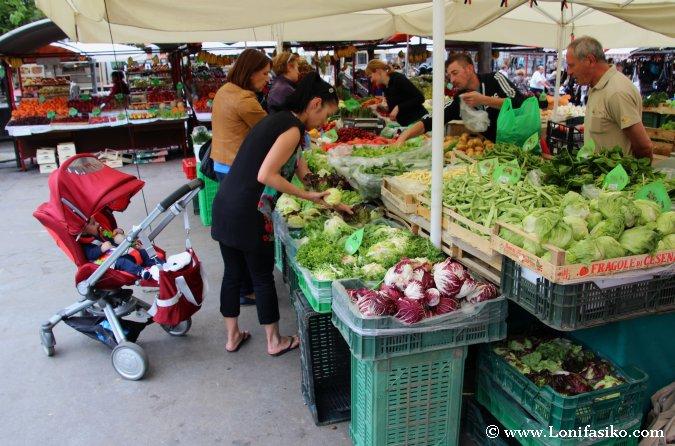 Comprar frutas y verduras en el Mercado Central de Liubliana