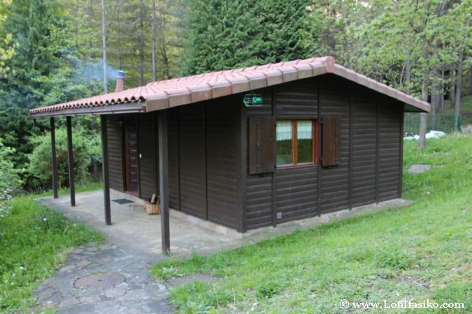 Cabaña rural de madera con chimenea en el bosque