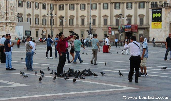 Turismo en la Piazza del Duomo de Milán