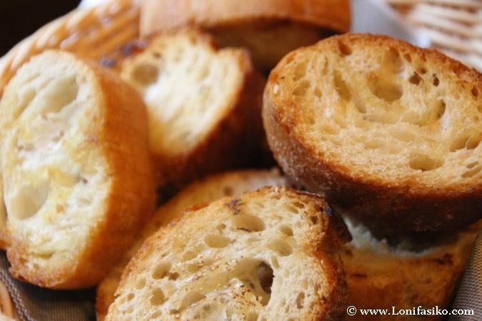 Desayunar con pan recién tostado