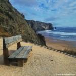 Banco en playa de Arrifama en Portugal