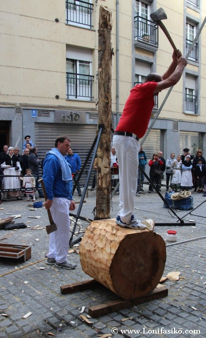 Aizkolari cortar tronco con hacha