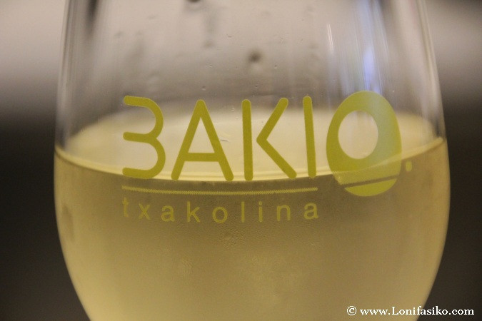 Bizkaiko txakolina en el txakolindegi de Bakio