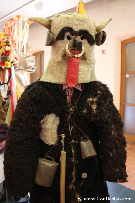Disfraz típico del Kurentovanje o carnaval de Ptuj