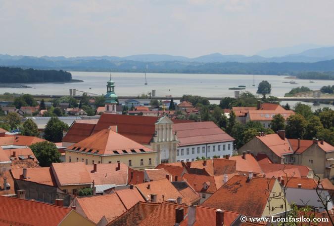 Vista panorámica de Ptuj y sus tejados rojos