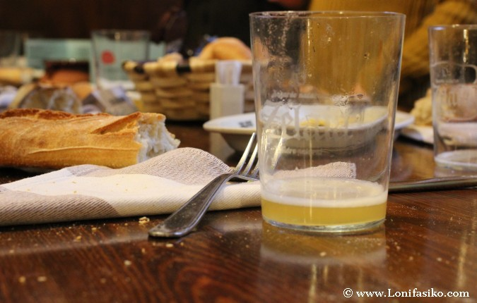 Comer de pie en una sidrería vasca