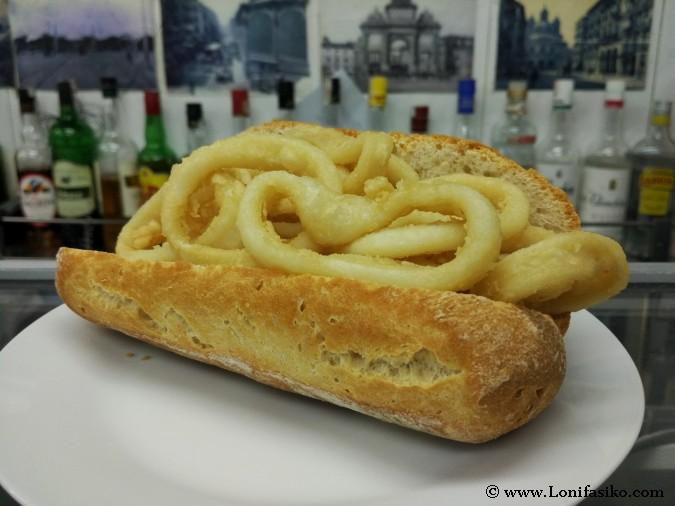 Comer bocadillo de calamares en Madrid