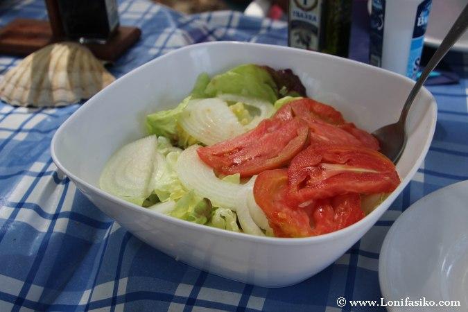 Ensalada mixta fotos: lechuga, tomate y cebolla