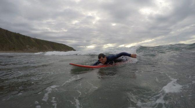 Aprender a surfear en Euskadi: Experiencia y consejos de un novato desde la playa de Sopelana