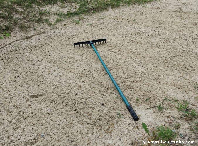 Limpiar búnker golf
