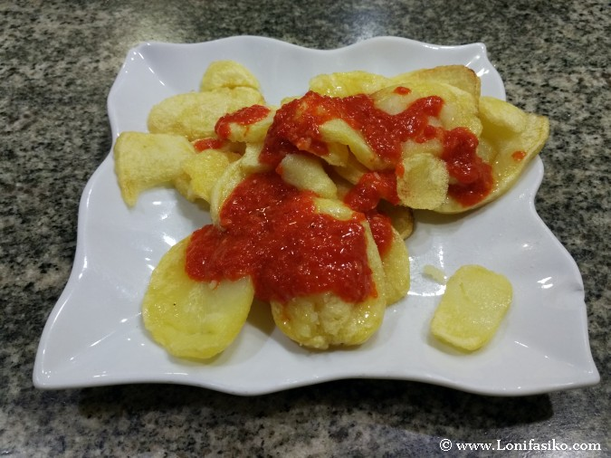 Patatas bravas picantes fotos