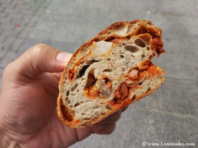 Pan de trigo relleno de chorizo y panceta