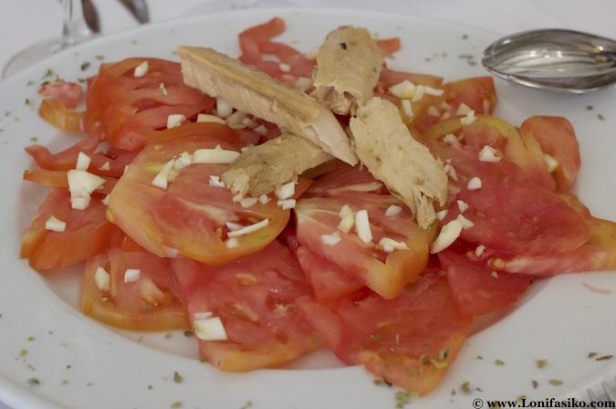 Ensalada de tomate de Los Palacios con melva de Barbate