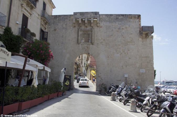 puerta ortigia siracusa muralla