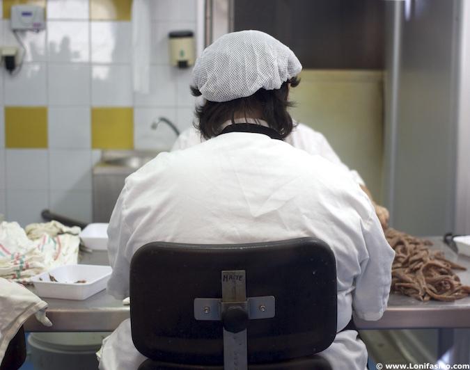 Mujeres conservas anchoas en Maisor Getaria