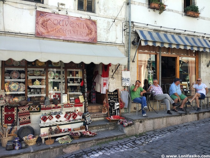 Calles de Gjirokastër en Albania
