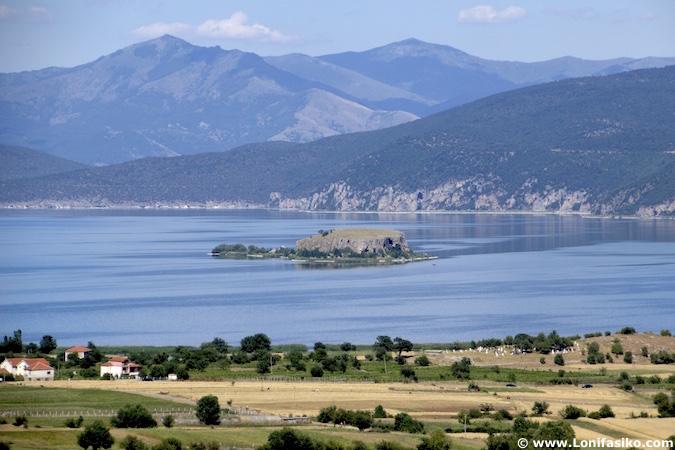 Isla lago Prespa en Albania