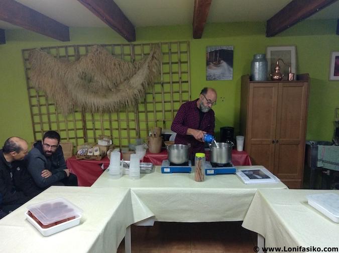 Hervir leche cruda para elaborar cuajadas