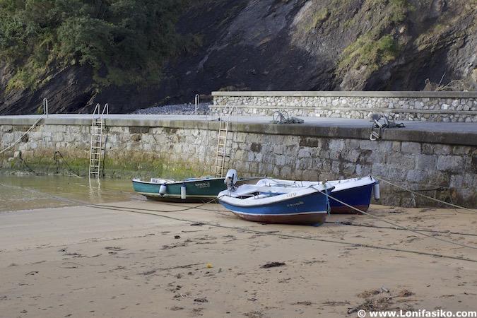 Barcos en puerto de Ea en Bizkaia
