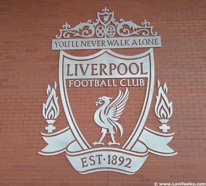 Escudo del Liverpool FC en Anfield