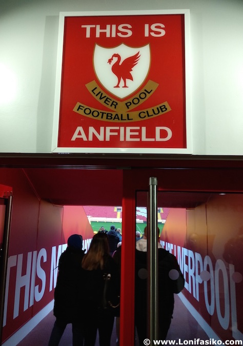 this is anfield tunel salida campo liverpool