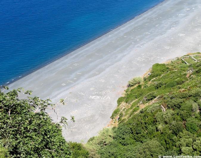 Playa arena oscura Nonza Córcega