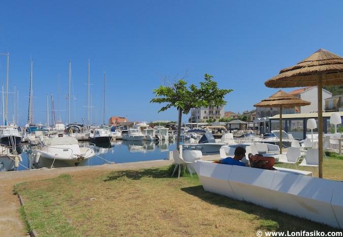 puerto deportivo de Macinaggio en Córcega