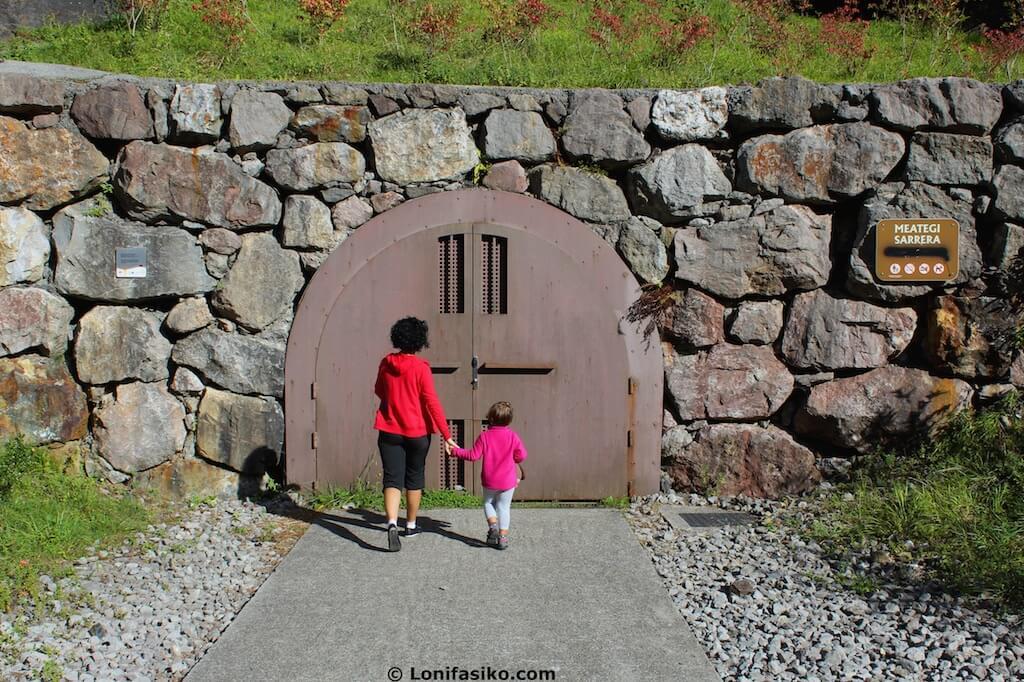 entrada minas de arditurri con niños