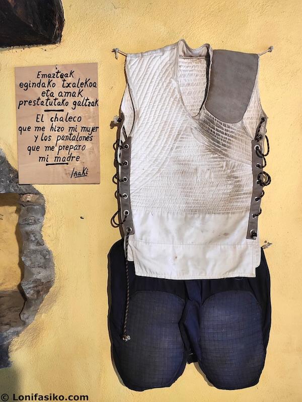 ropa tipica harrijasotzaile levantador de piedras