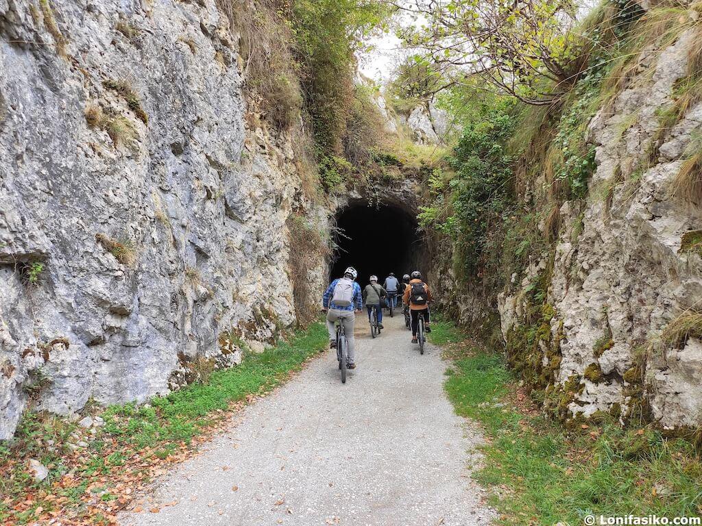 túneles via verde plazaola en bicicleta