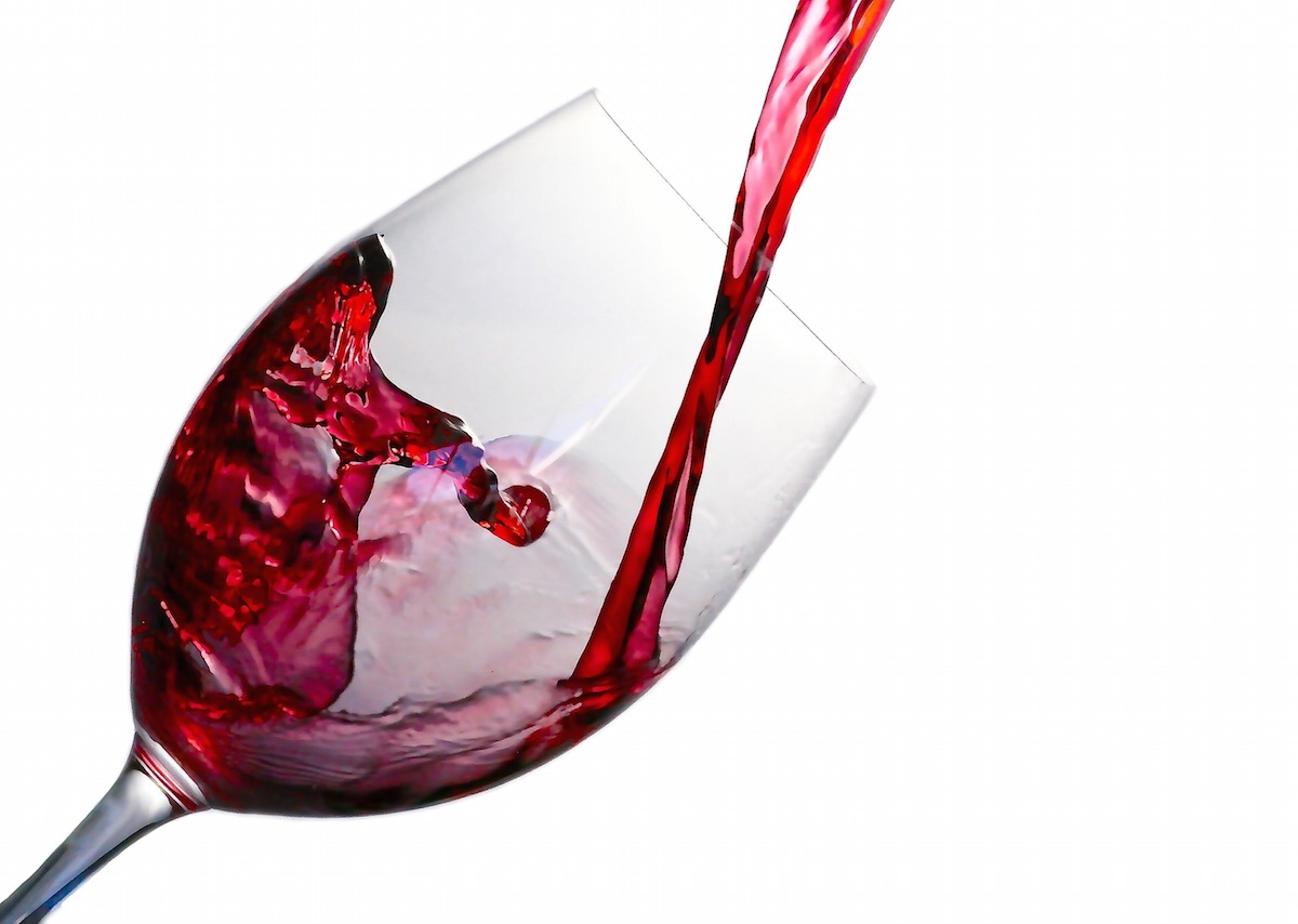 vino tinto cayendo en copa